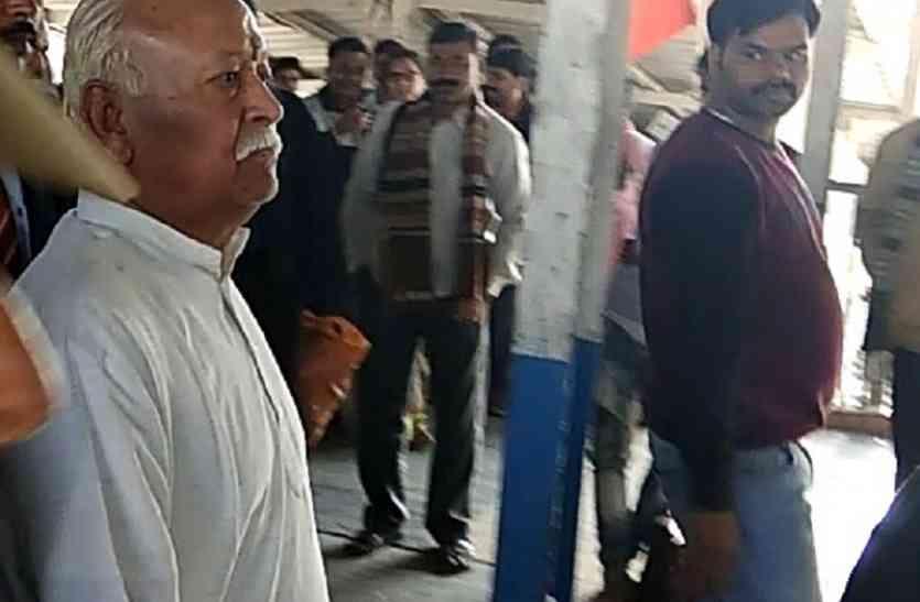 पीएम नरेन्द्र मोदी के संसदीय क्षेत्र पहुंचे मोहन भागवत, संसदीय चुनाव की तैयारियों को देंगे धार