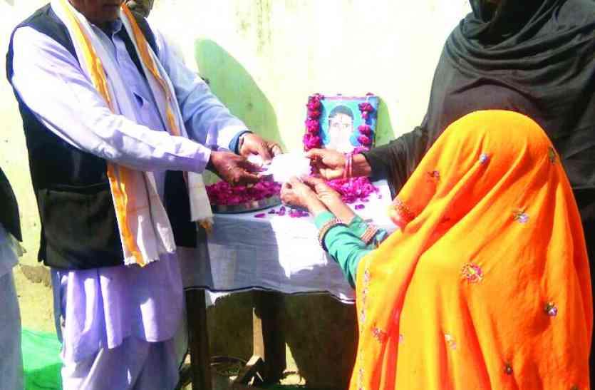 मृतक किसान के परिवार की बहतेड़ सरपंच ने की आर्थिक मदद , 22 हजार रुपए नकद राशि प्रदान
