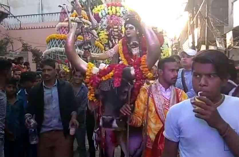 नंदी पर सवार दूल्हा बने शिव का स्वरूप रूप देखकर भक्त अभिभूत हो गए।