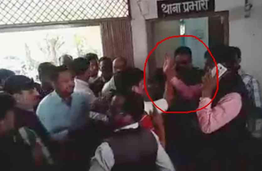 भाजपा नेता ने थाने में पकड़ी टीआई की कॉलर, वायरल हुआ वीडियो