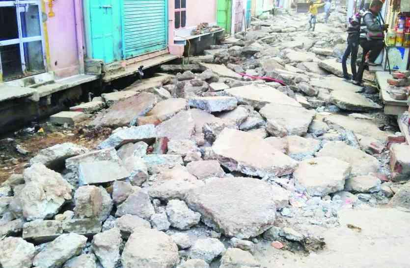 हरसहायजी कटले में क्षतिग्रस्त सड़क से लोग बेहाल,चालकों को हो रही परेशानी