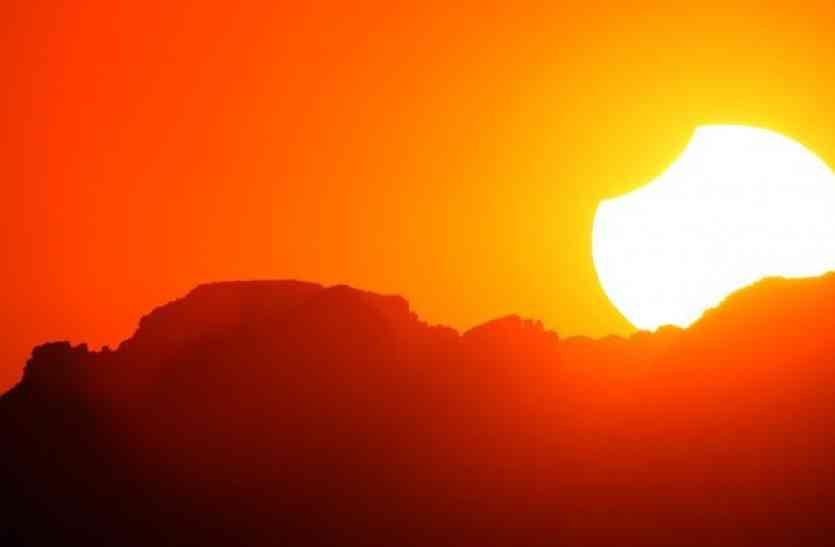 आधी रात 2 बजे सूर्य ग्रहण खत्म होते ही घर आएंगी मां लक्ष्मी, ज़रूर करें ये काम नहीं तो हो जाएंगे कंगाल
