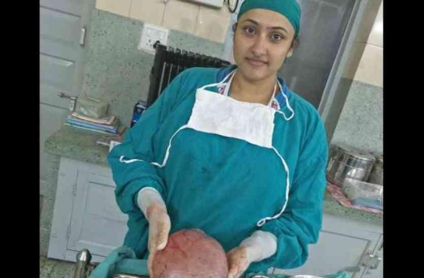 महिला के पेट में था दर्द, डॉ ने किया ऑपरेशन तो निकला ये, देख कर दंग रह जाएंगे आप