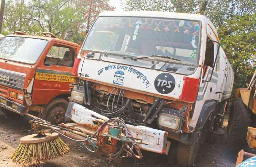 सवा करोड़ की रोड स्वीपिंग मशीन लगी दो वाहन ठप, चार माह बाद नाले की सफाई के लिए निकाली गई मिनी पोकलेन