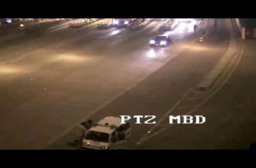मुरादाबाद में टोल कर्मी को घसीटते ले गए दबंग कार चालक, देखें वीडियो