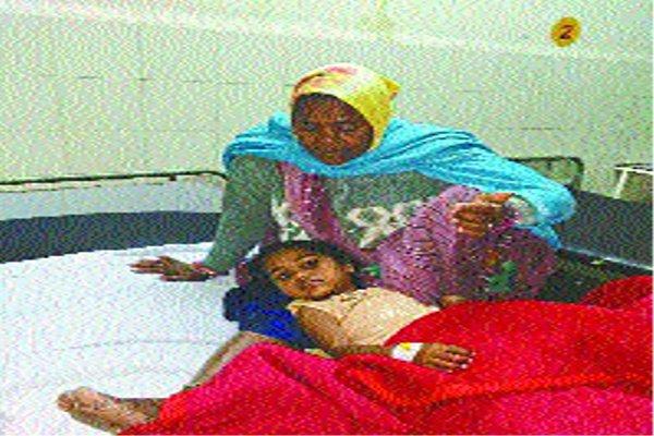 तीन बेटी और गर्भवती पत्नी को लेकर जा रहे पति को मारी टक्कर, पत्नी की मौत