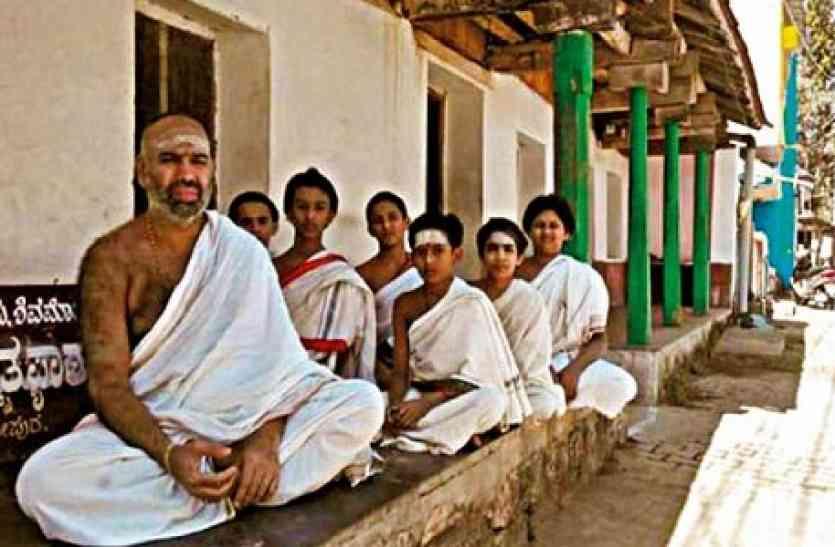 आधुनिकता को ताक में रखकर आज भी हिंदुस्तान का ये गांव कुछ इस तरह कर रहा अपनी परंपराओं की देखरेख
