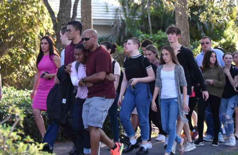 फ्लोरिडा स्कूल में गोलीबारी के पीड़ितों की याद में सड़कों पर उतरा हुजूम