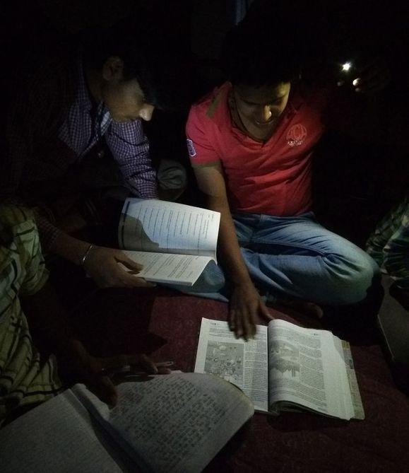 तीन से बिजली बंद, अंधेरे में कर रहे पढ़ाई
