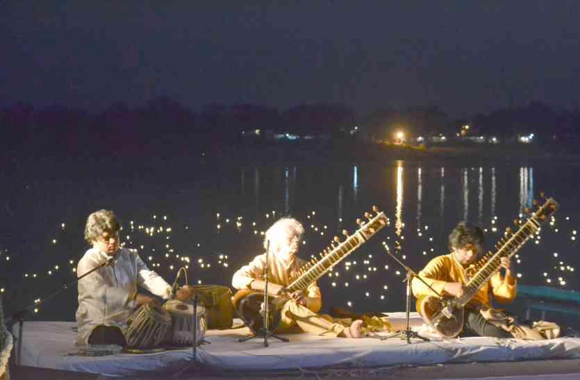 नर्मदा के सुरम्य घाट पर सजी संगीत की शाम