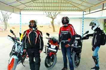 अलवर के युवाओं में भी बढ़ रहा बाइकिंग का क्रेज, स्पोटर्स बाइक से कर रहे बद्रीनाथ व मुंबई तक का सफर