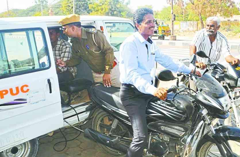 मोबाइल वाहन से पहुंचे गांवों में और बताया कानून