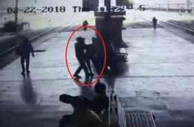 मुंबई: सरेआम लड़की को जबरन Kiss कर रहा था अधेड़ उम्र का आदमी, CCTV फुटेज से हुआ अरेस्ट