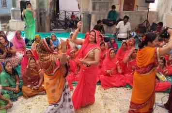 video: मन्दिरों में मची फागोत्सव की धूम, भगवान की फूलों से झांकी सजाकर किया शृंगार