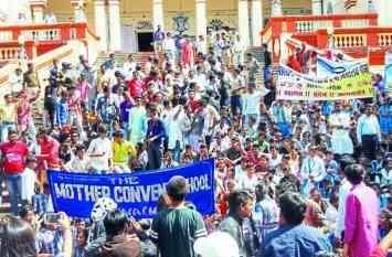 स्कूली छात्रों ने रैली निकाल कर मांगा मेडिकल कॉलेज, दिन प्रतिदिन बढ़ता जा रहा कारवां