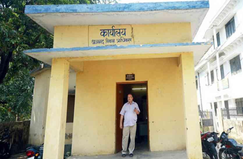 आजमगढ़ विकास प्राधिकरण के सचिव को डीएम की चेतावनी