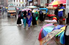 भारत में मौसम हुआ बहुरंगी, कहीं बर्फबारी से ठिठुरे लोग तो कही गर्मी ने दी दस्तक