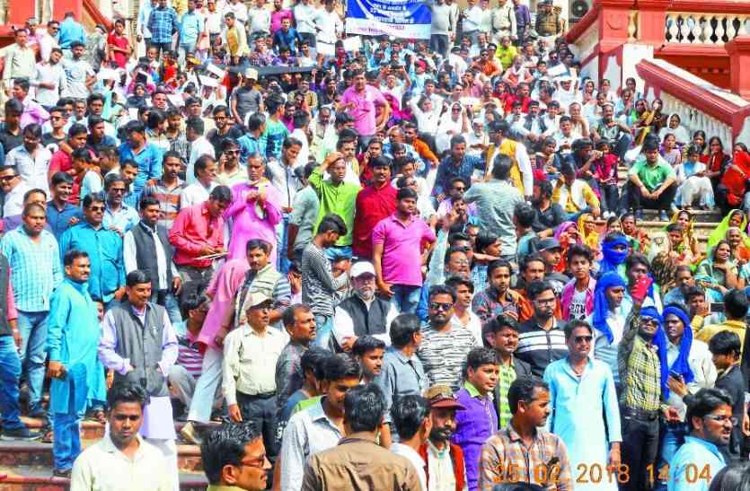 सड़क पर उतरा पन्ना, व्यापारियों ने बंद रखे प्रतिष्ठान, मंदिर से निकाली रैली