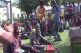 होली पर पहरा देने का बाद पुलिसकर्मियों ने आखिरकार खेला रंग