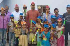 समाजवादी पार्टी का यह संगठन होली में असहाय बच्चों के चेहरे पर लाया मुस्कान, खूब हो रही तारीफ