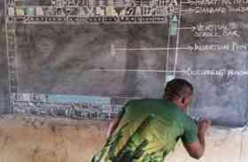 ब्लैकबोर्ड पर आकृति बनाकर बच्चों को कंप्यूटर एजुकेशन दे रहा यह शख्स, तस्वीरें वायरल