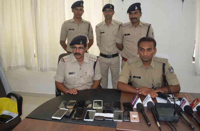 जब पुलिस ने लोगों  को बुला बुला कर बांटे मोबाईल, जानिए क्या था कारण ?