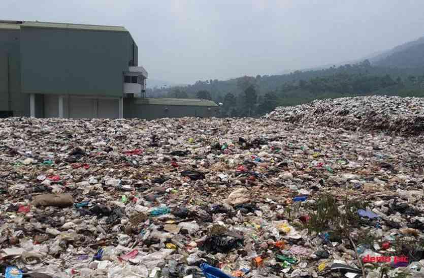 खेल मैदान में डंप किया डेढ़ लाख टन कचरा, बिगड़ी आबो-हवा