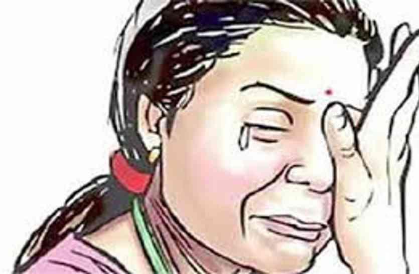 बहू ने कहा- भगवान की ज्योत जलाते ही सास को आती है देवी फिर कराती हैं पति से पिटाई