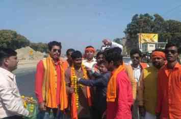 सीएम योगी से मिलने पैदल ही आ रहे हैं हिंदू युवा वाहिनी के कार्यकर्ता, देखें तस्वीरें