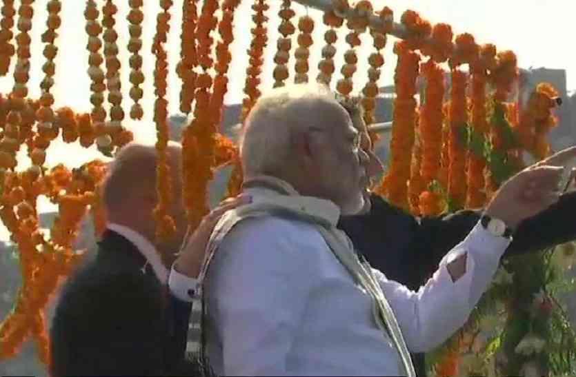 अस्सी घाट पर फ्रांस के राष्ट्रपति का भारतीय परम्परा से स्वागत, हाथ पकड़ कर घाट की सीढ़ियों पर ले गये पीएम मोदी