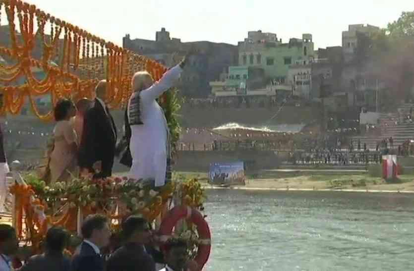 गंगा में नौका विहार के दौराना लोगों का अभिनंदन करते पीएम मोदी व फ्रांस के राष्ट्रपति इमैनुएल मैक्रों