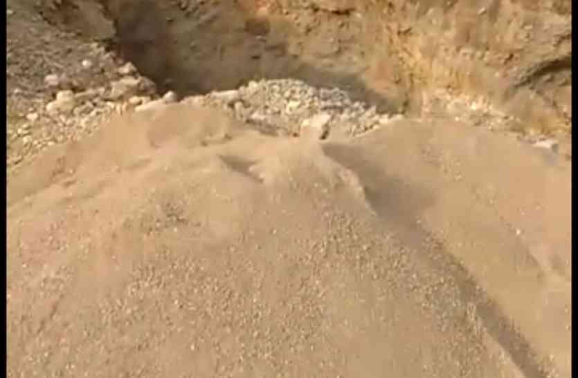 कांसी गांव की वन भूमि पर धड़ल्ले से हो रहा अवैध रेत का कारोबार