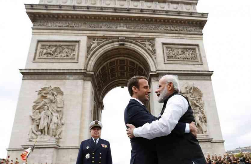 फ्रांस के राष्ट्रपति वाराणसी पहुंचे, पीएम मोदी ने किया गले लगाकर स्वागत