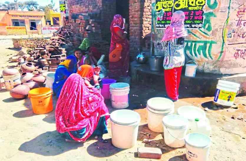 दबंगों के घर पानी बरसा तो कमजोर पीने को भी तरसा
