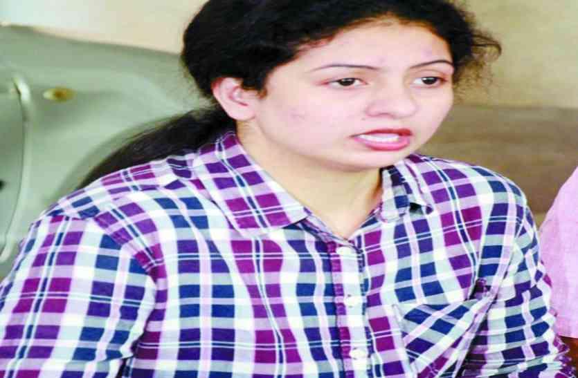 क्रिकेटर शमी की पत्नी ने खोया आपा, तोड़ा कैमरा