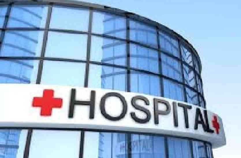 दर्द से बेहाल पड़ा मरीज लेकिन अस्पताल में नहीं है चिकित्सक का कोई नामों निशान