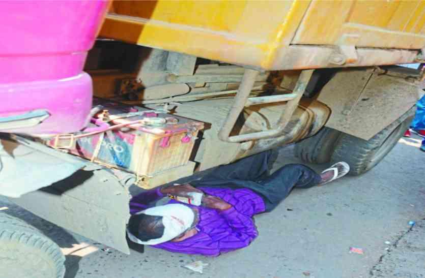 डंपर के नीचे लेट गया फल व्यापारी, पुलिस ने सशर्त छोड़ा ठेला, तब माना