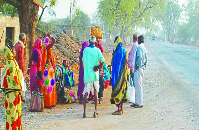 मनरेगा में नहीं मिल रहा मजदूरों को काम, गांव छोड़ने मजबूर हुए ग्रामीण