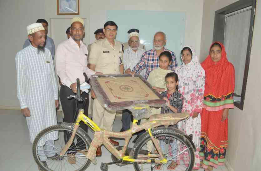 जानिये क्यों दी एसपी ने उपहार में इन बेटियों को साइकिल
