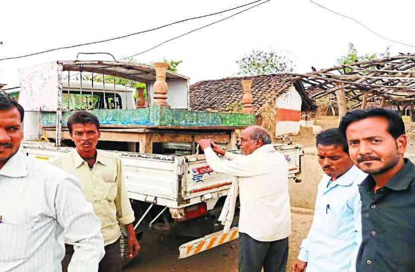 कुर्की करने वाले बिजली कंपनी के अधिकारियों पर गिरी गाज