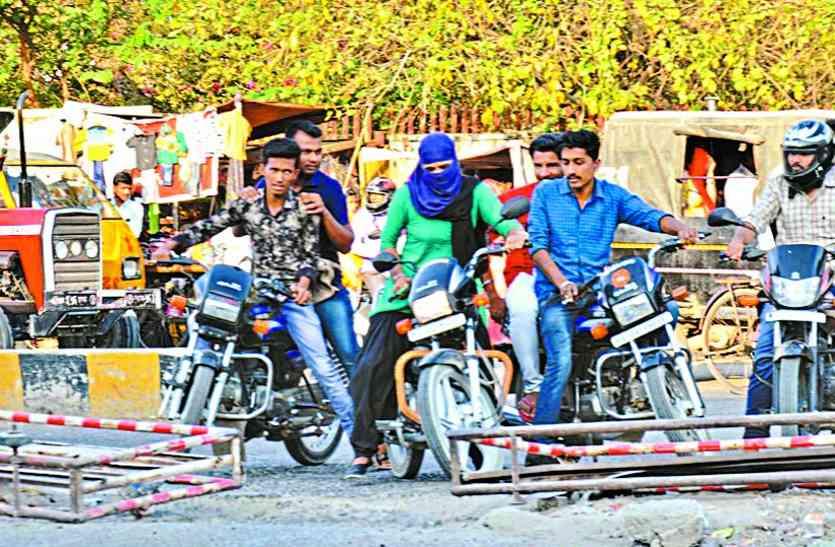 शहर में यातायात व्यवस्था बेपटरी, बीच सड़क पर कट को यातायात पुलिस बता रही 'सुविधा'