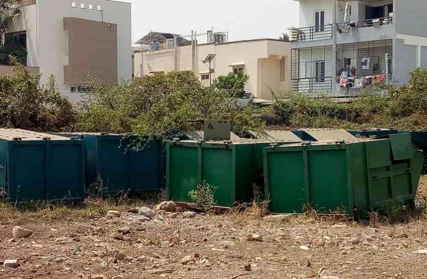 कचरे में पड़ी हैं कचरा उठाने वाली पेटियां