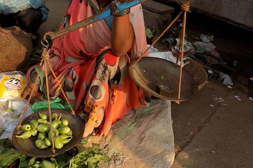 World Consumer Protection Day : अमानक तराजू व पत्थर के बांट, मिठाई के साथ तौल रहे डिब्बा
