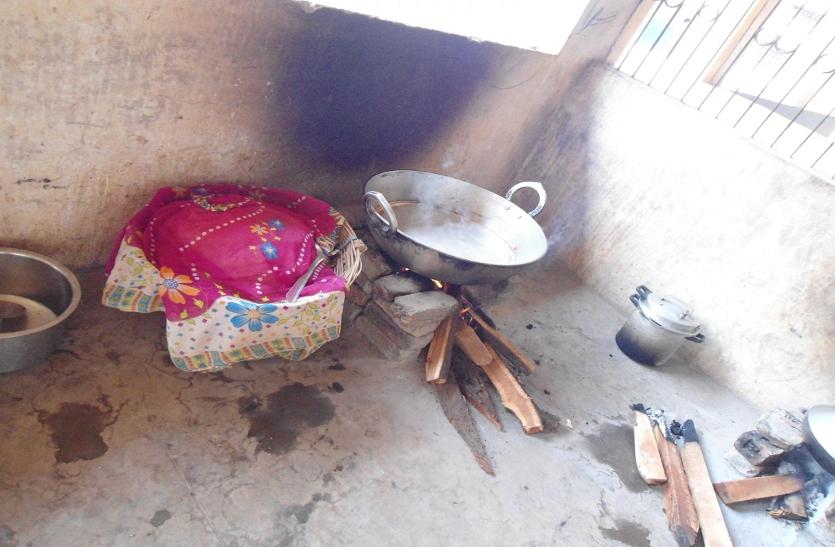 ये क्या, सिलेंडर होने के बावजूद डीईओ साहब 13 साल से लकड़ी-कंडे पर बनवा रहे खाना