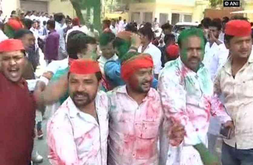 गोरखपुर और फूलपुर उपचुनाव की जीत पर अखिलेश यादव को दी गई बधाई, मनाई जा रही खुशियां