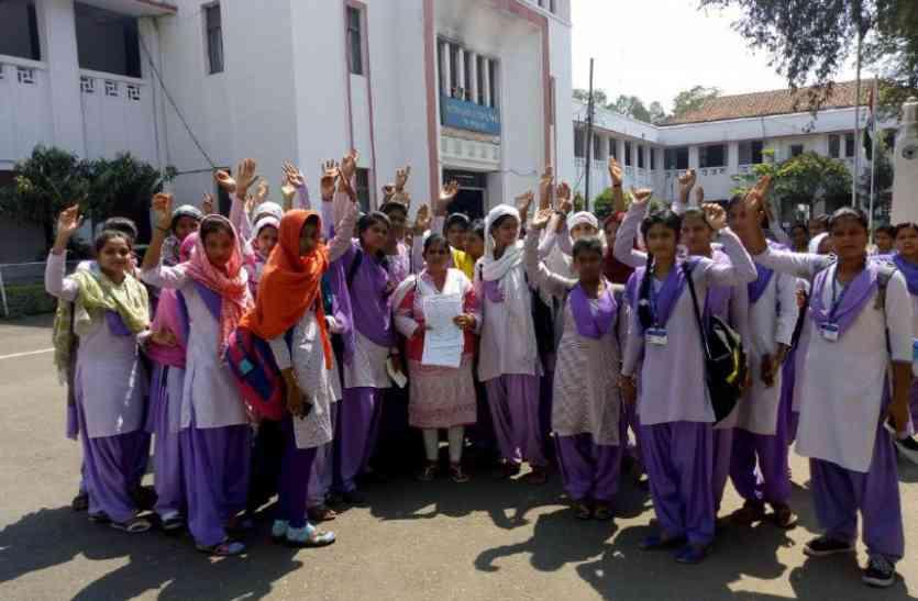 गल्र्स कॉलेज छात्राएं पहुंची कलेक्ट्रेट, अन्य कॉलेजों में भी प्रदर्शन