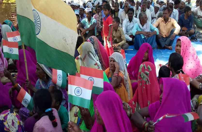 ट्रांस गंगा सिटी विवाद, शासन-प्रशासन की मंशा नहीं है ठीक, मुंह में राम बगल में छूरी का लगाया आरोप