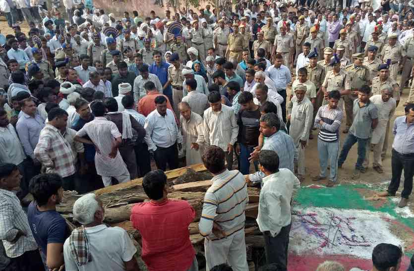 शहीद लक्ष्मण सिंह की सैनिक सम्मान से अंत्येष्टि, उमड़ा जन सैलाब