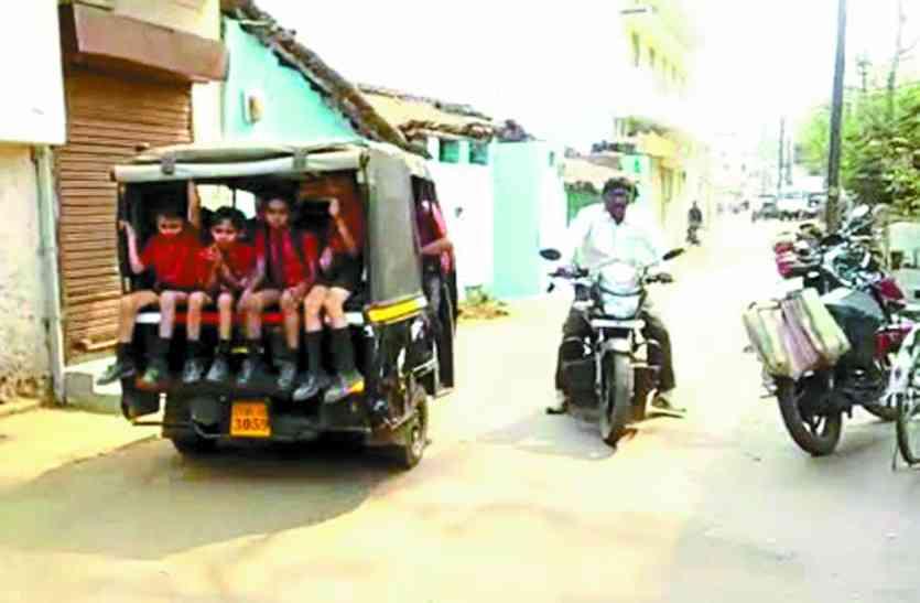 खतरों से भरा हैं घर से स्कूल तक का रास्ता , हो रही सुरक्षा की अनदेखी
