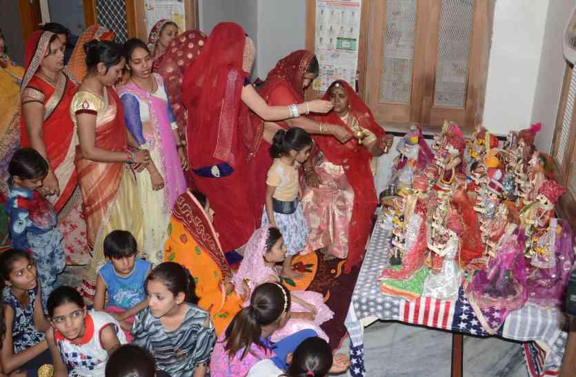 शहर के हर गली और मोहल्ले से सुनाई दे रही गणगौर के पारम्परिक गीतों की गूंज